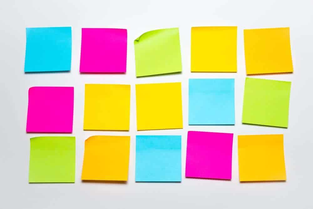 Post-its para gestão manual. O que é um CRM?